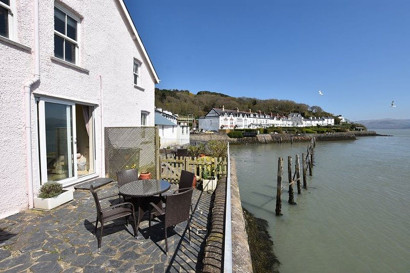 Porthfa, 2 Bedroom Cottage on Waters Edge in Aberdovey, holiday rental in Aberdovey