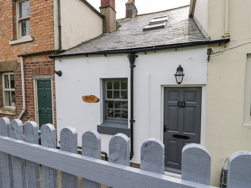 PEBBLE COTTAGE, exposed beams, two garden areas, close to the beach, in Robin, holiday rental in Robin Hood's Bay