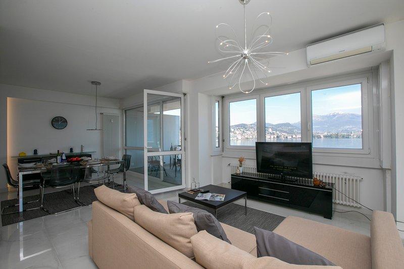 Sala de estar com janelas panorâmicas e acesso à varanda