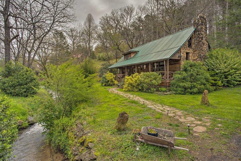 2 acres caractéristiques de propriété verdure luxuriante de la maison, un ruisseau à truites et étang Koi.