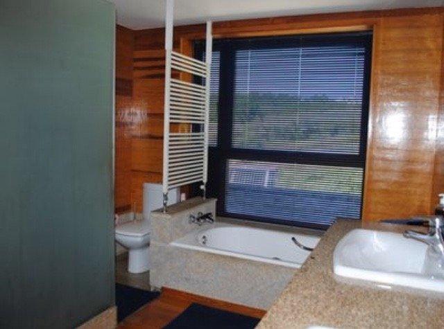 Baño dormitorio principal con bañera y ducha independientes