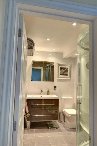 Shower room on the middle floor