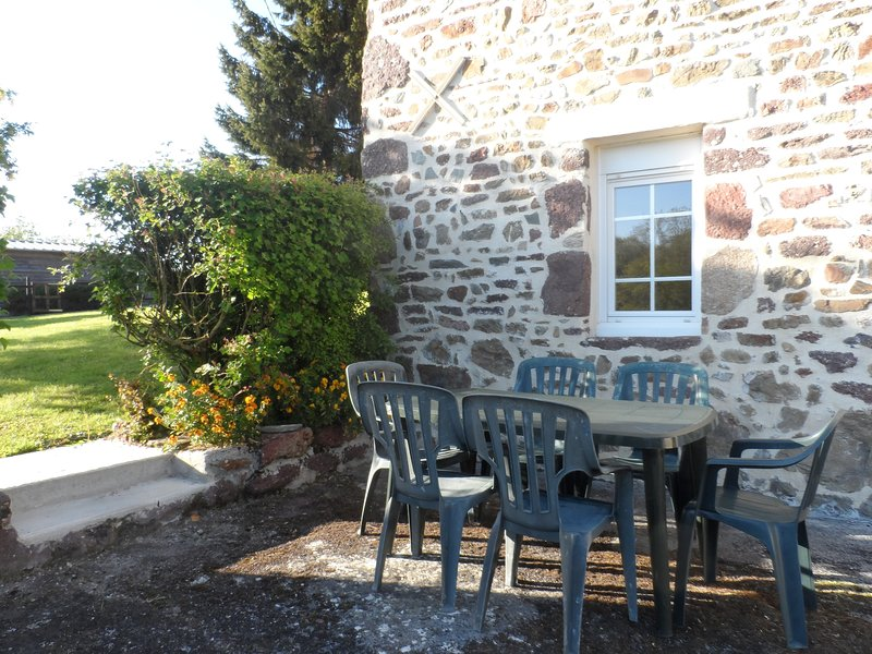 Nice house with terrace & Wifi, holiday rental in Brehal