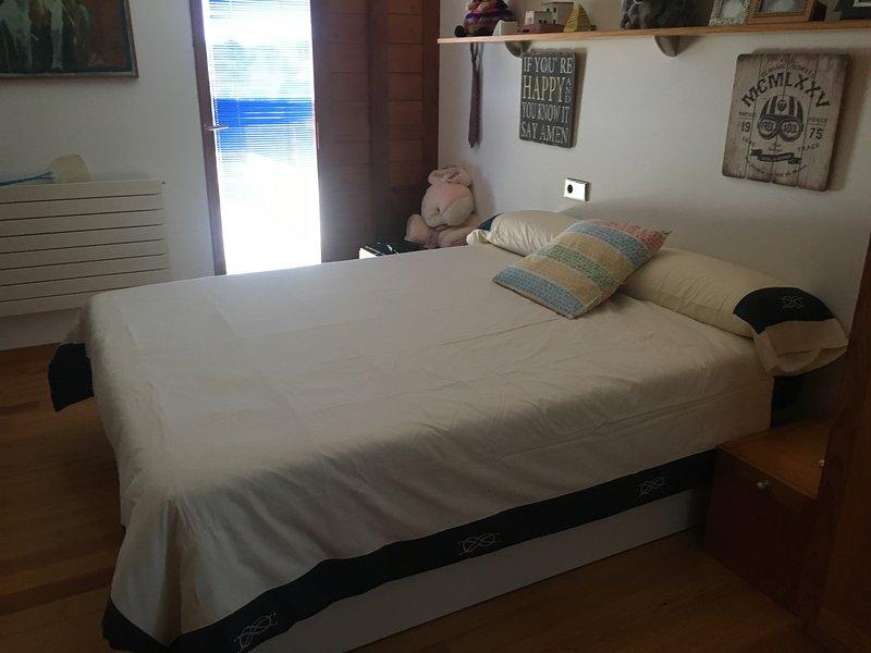 Segundo dormitorio con canapé de 1,50 x 2,00 m. Colchón ortopédico