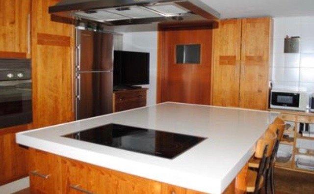 Cocina con mesa de isla totalmente equipada