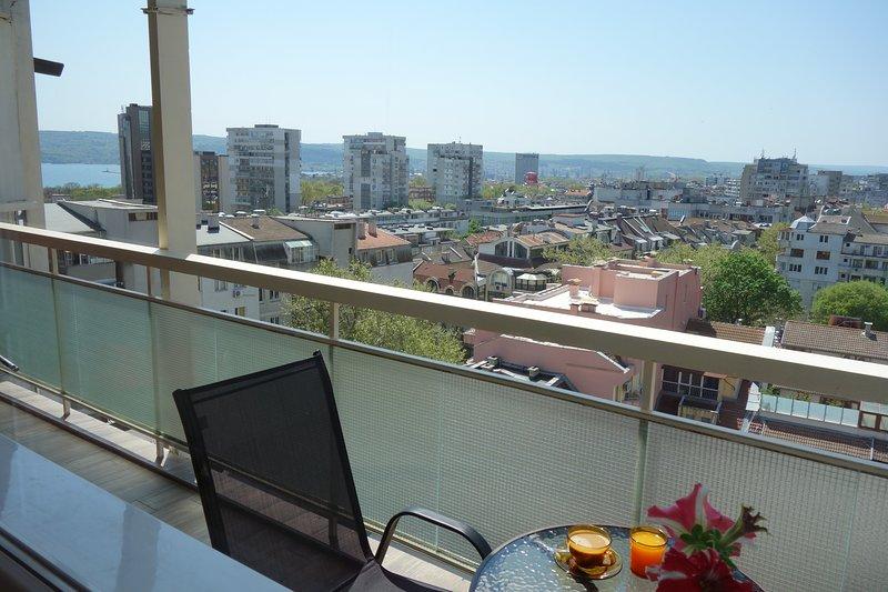 Apartment Sirena - eine große Terrasse mit Blick auf die Bucht von Varna