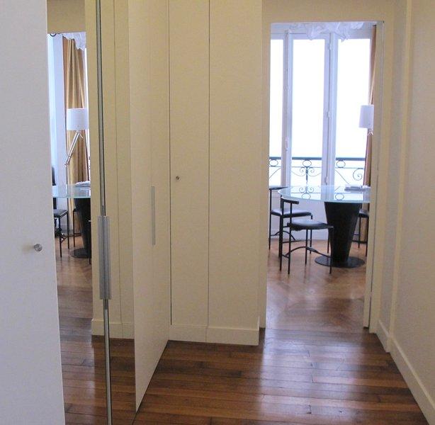 14/15: Spacious entrance with wardrobe - Old Parquet