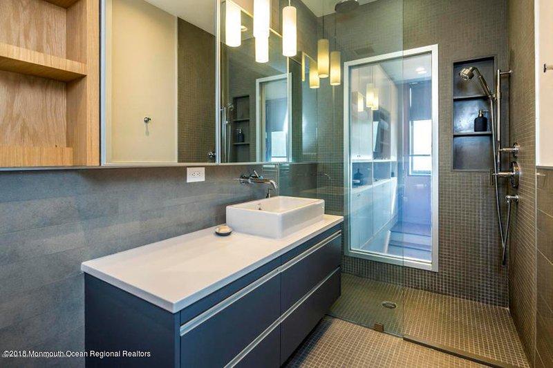 Vy över havet från duschen! Eller vända en switch för privatlivet.