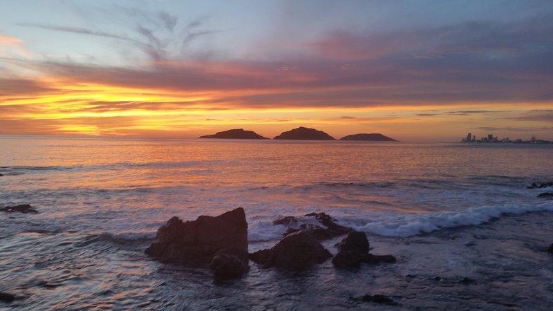 Quintas Del Mar 2 . Relaxing . Ocean Front Condo ., vacation rental in Mazatlan