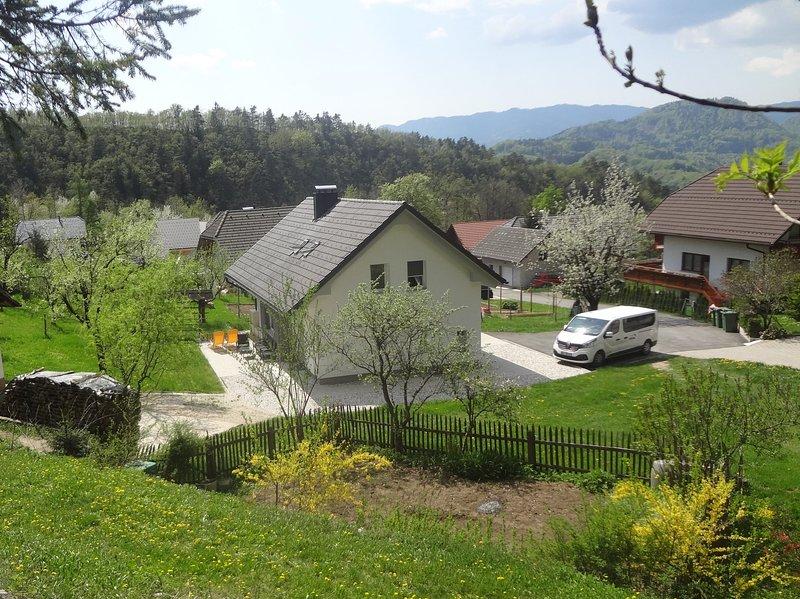 Blick auf das Haus von dem Hügel auf der Rückseite erhöht