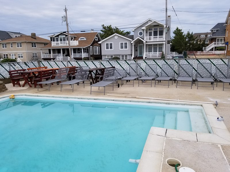 Mansion on Ocean Pool 2 New Hot Tubs 10 Bedroms  4 Bathroms New Beds New 70'TVs, alquiler de vacaciones en Seaside Park