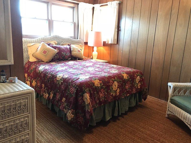 La chambre principale avec lit queen