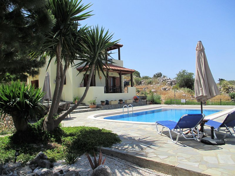 Private modern villa with pool, parking and private road access., holiday rental in Kefalas