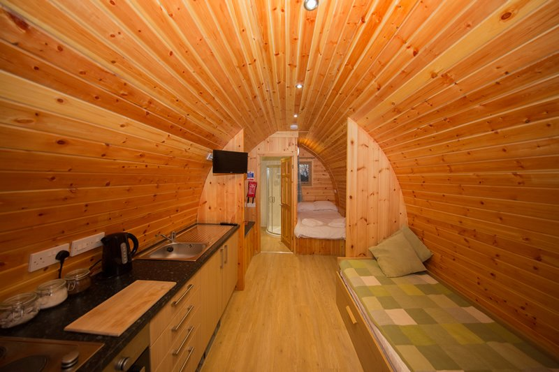 Pet-friendly glamping pod for four with pond views (Blackberry), casa vacanza a Catcott