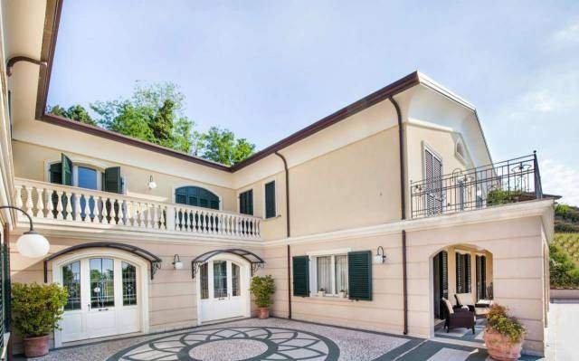 Villa Montescudo con 4 camere e 4 bagni max 12 persone, holiday rental in Albereto
