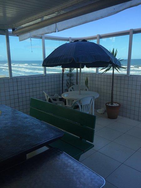 Cobertura frente ao mar com amplo terraco gourmet, location de vacances à Sao Vicente