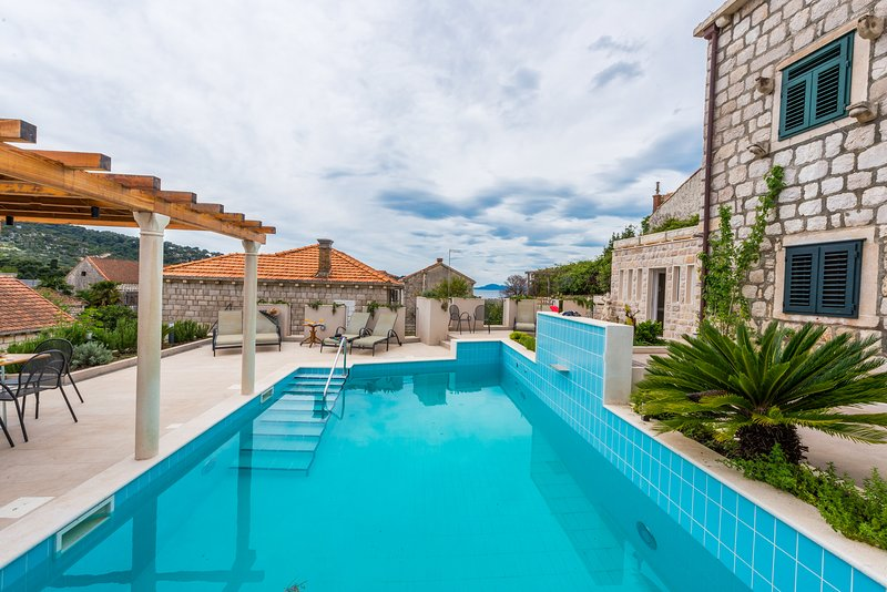 Charming 6 bedroom Villa with Private heated Pool, vacation rental in Sudurad