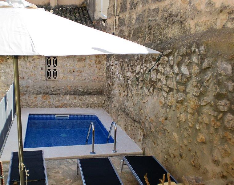 alojamiento  en casa señorial de piedra con piscina y wifi, holiday rental in Lloseta