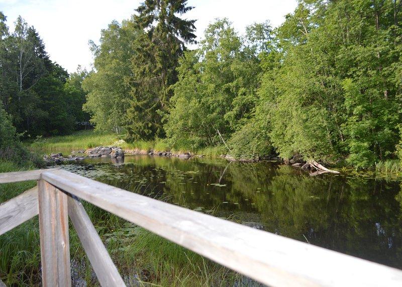 Nuestra 50m de distancia del río para la pesca con un área del lago para nadar. Peces de hasta 10 kg han sido atrapados aquí