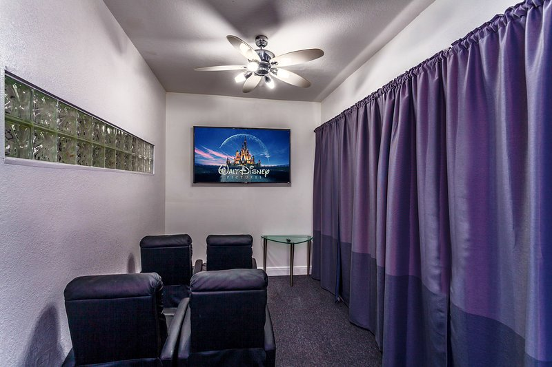 sala de cine en casa con 70 pulgadas televisión inteligente