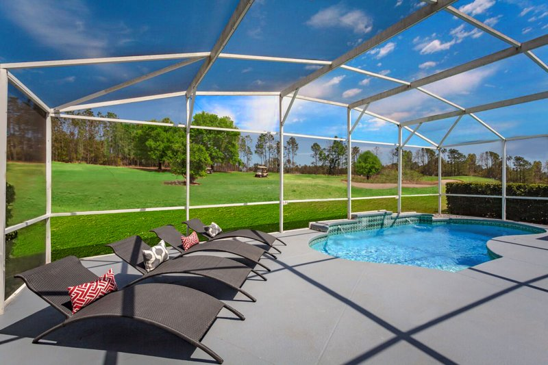 piscina con tumbonas de diseño