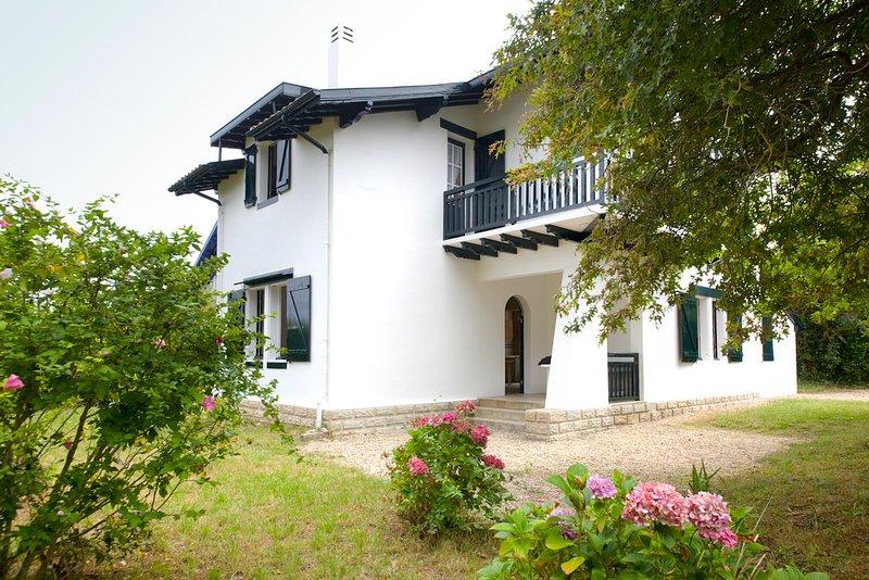 Jolie villa à quelques mètres des plages, holiday rental in Villefranque