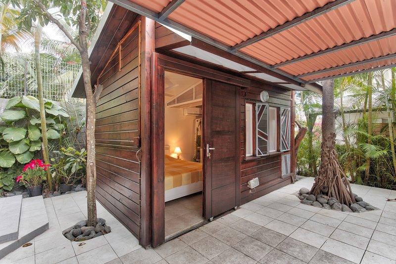 Amazing studio with shared pool, casa vacanza a Ravine des Cabris