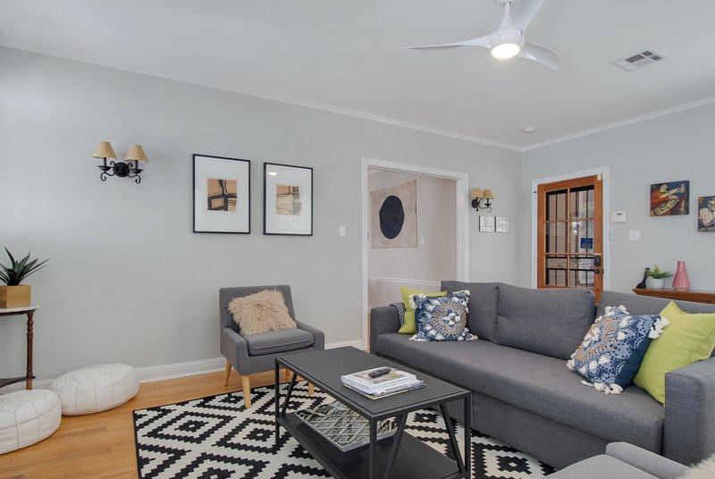 sala de estar tem um sofá-cama e TV de tela grande inteligente.