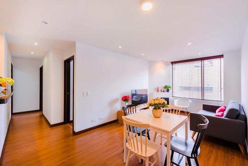 Ruime woonkamer met open ruimte en lighty raam