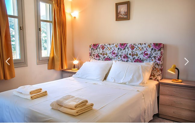 Opening to a furnished balcony, this air-conditioned apartment comes with views over the Aegean Sea,