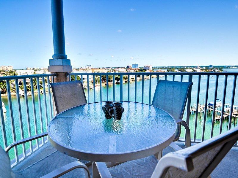 Un ampio balcone con vista sulle acque