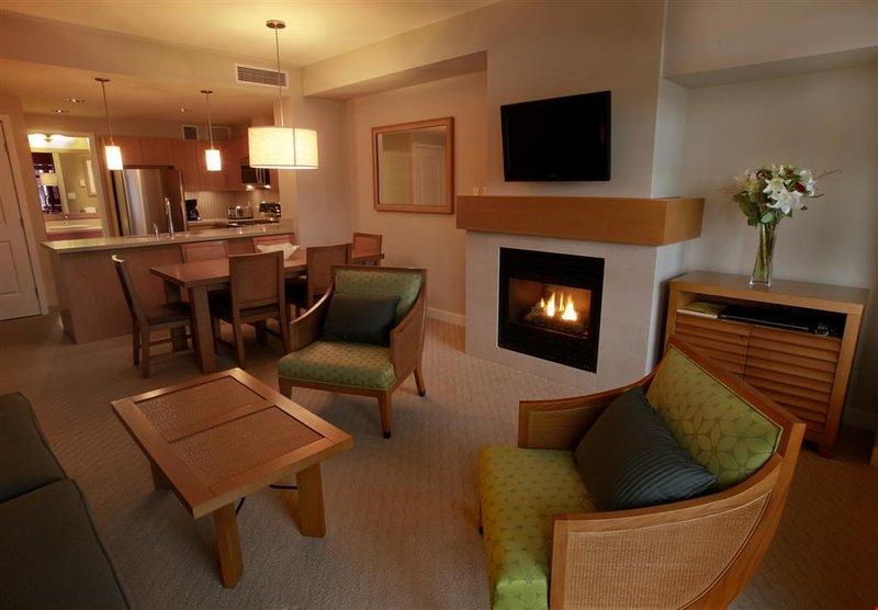 Détendez-vous dans le salon, conçu avec un mobilier contemporain et une cheminée