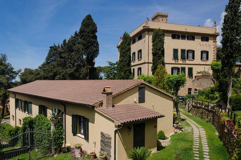 Residencia Villa Elena. La villa y el anexo.