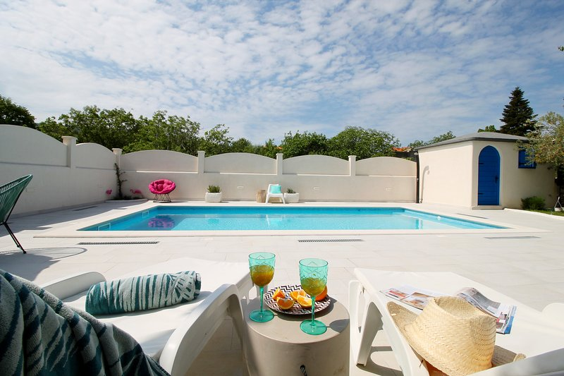 VILLA TUGARKA private pool, fully equipped gym, play-house, 2 bedrooms, holiday rental in Tugare
