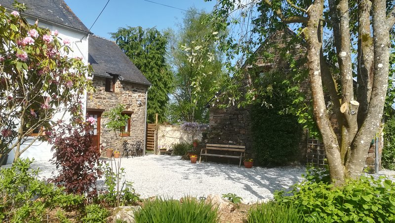 Country Cottages Brittany - Peony Cottage, casa vacanza a Mael-Carhaix