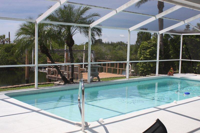 Uitzicht op de eigen zwembad vanaf terras