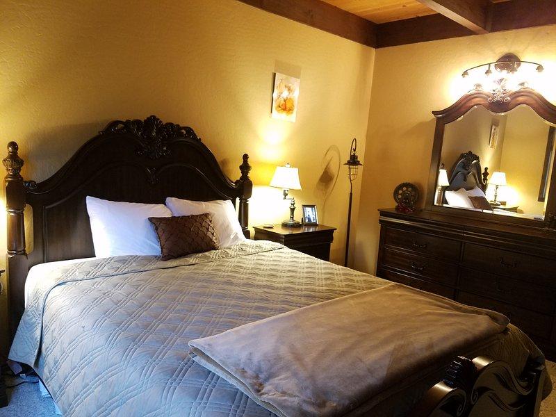 Une chambre à coucher à l'étage principal, lit Queen.