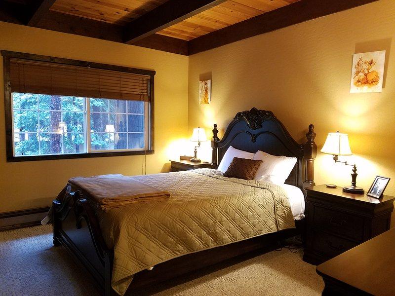 Une chambre à coucher - Niveau principal. Lit de reine.