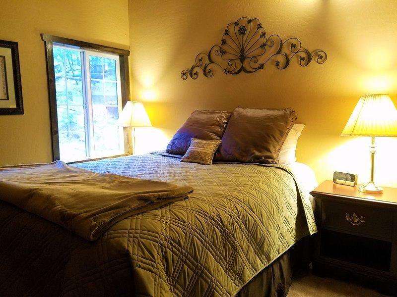 Chambre Deux - hors de la mezzanine. Un grand lit.