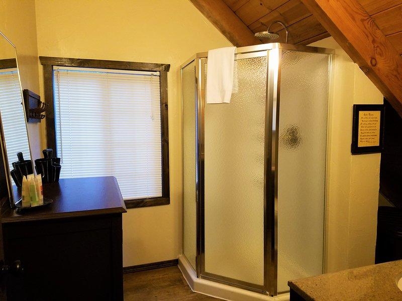 Salle de bains deux, à l'étage. salle de bain complète.