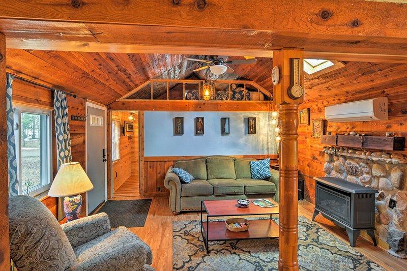 Work, Play & Get Away Cabin - Near Higgins Lake!, aluguéis de temporada em Higgins Lake