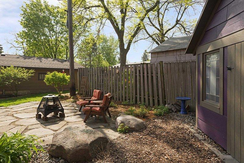 Sírvete una copa de vino para disfrutar en el patio!