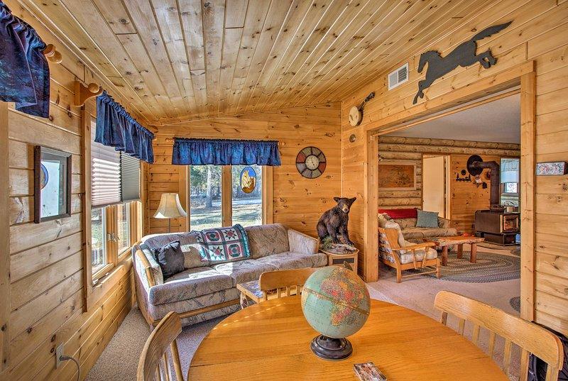 Cozy Lake Nebagamon Cabin 15 Minutes to the Lake!, alquiler de vacaciones en Barnes