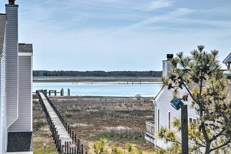 Chincoteague Townhome w/ Pony Views from Deck!, location de vacances à Atlantic