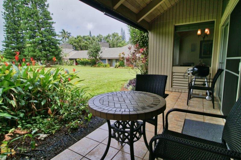 Dieses North Shore Wohnung verfügt über eine Veranda mit üppigem Berg- und Gartenblick.