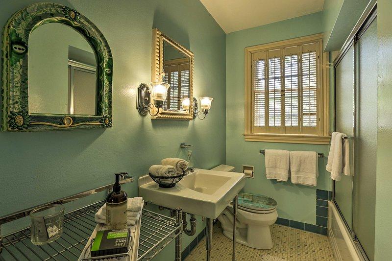 Rincer la journée dans cette salle de bains spacieuse.