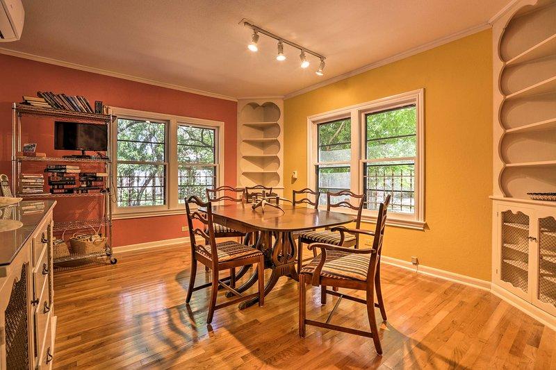 Rassemblez-vous autour de la table à manger pour un repas de famille mémorable.