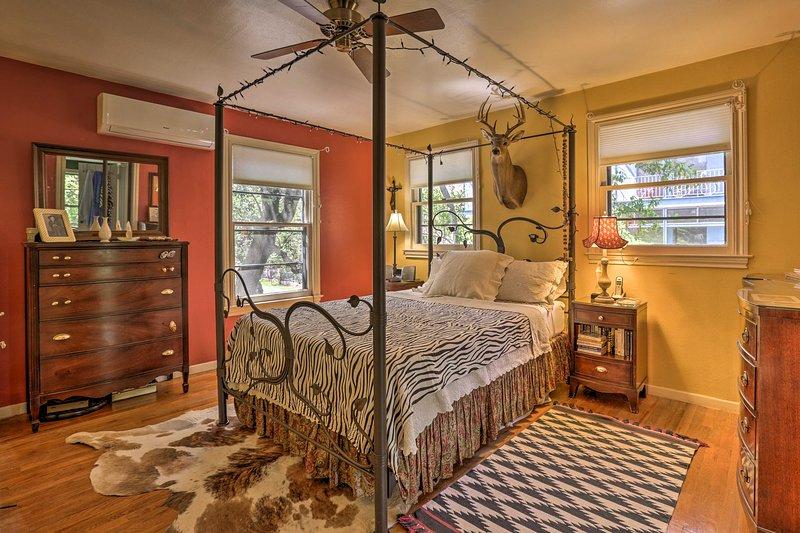 La chambre principale a un lit queen.