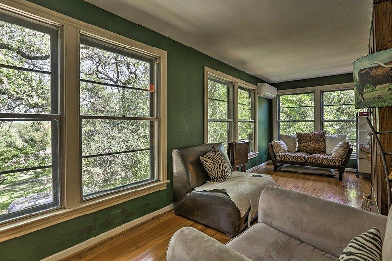 Les fenêtres mur à mur baignent la pièce de lumière naturelle.