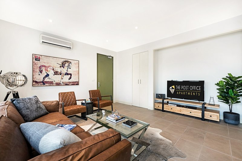 BRAND NEW! Luxury 2 bed 2 bath in Post Office Apartment, holiday rental in St Kilda East